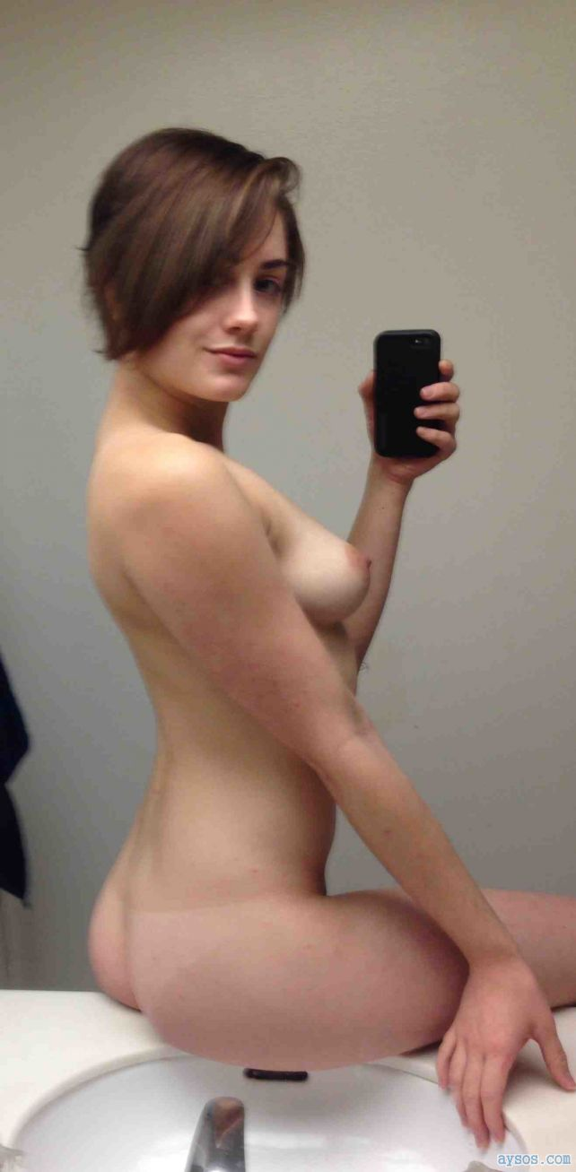 Hot babe takes a sexy naked selfie