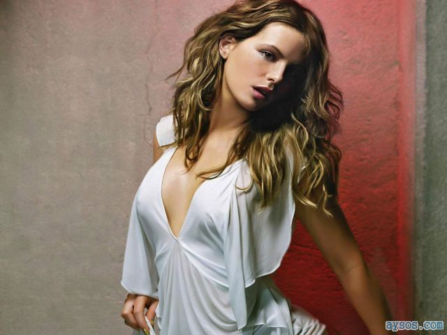 Kate Beckinsale stunning in white top